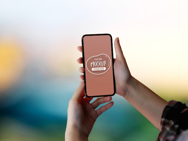 Close up view of female hands holding mock-up smartphone screen Premium Psd