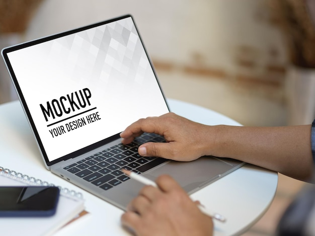 Close up view of male hands working with laptop mockup Premium Psd