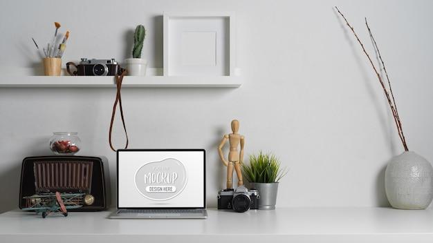 ラップトップモックアップラップトップと現代的な作業テーブルのクローズアップ表示 Premium Psd
