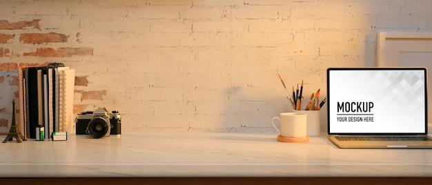 Крупным планом вид комнаты домашнего офиса с макетом ноутбука Premium Psd