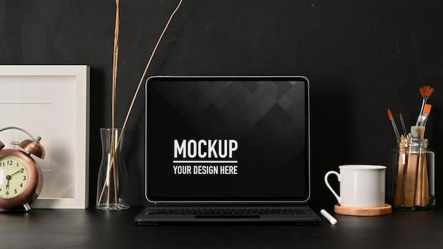 Крупным планом вид рабочего места с макетом ноутбука, кофейной кружкой и принадлежностями Premium Psd