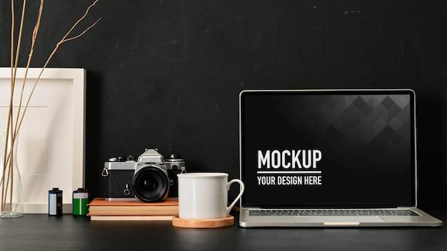 Крупным планом вид рабочего пространства с макетом ноутбука, кофейной кружкой, камерой и принадлежностями Premium Psd