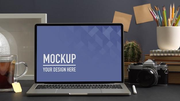 Крупным планом вид рабочего пространства с макетом ноутбука в комнате домашнего офиса Premium Psd