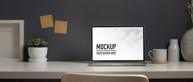 Крупным планом вид рабочего стола с макетом ноутбука Premium Psd