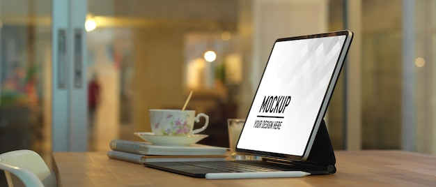 Close up view of workspace with laptop mockup in home office room Premium Psd