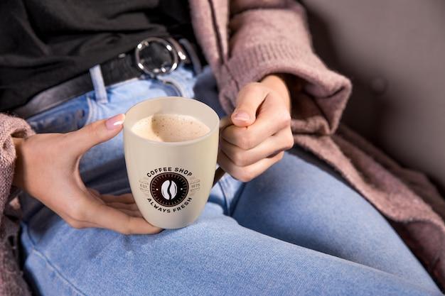 マグカップ高角度を保持しているクローズアップの女性 無料 Psd