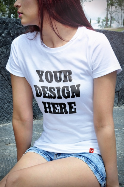 Close up on woman wearing t-shirt mockup Premium Psd
