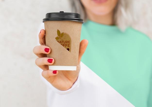 Donna del primo piano con il caffè bevente di maglia con cappuccio Psd Gratuite