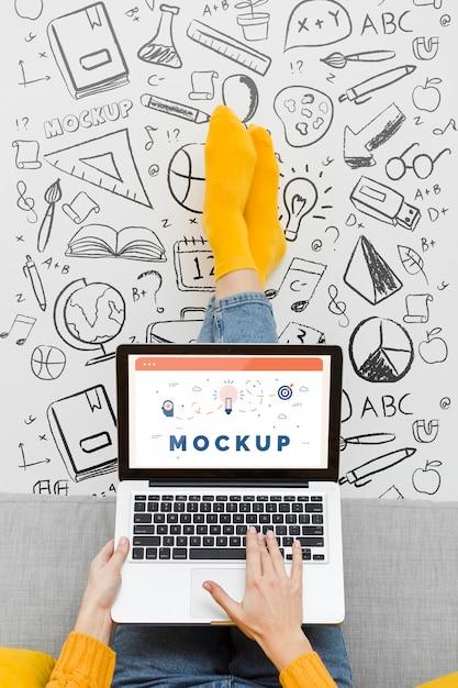 노트북에서 일하는 근접 여자 무료 PSD 파일