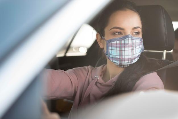 マスクを身に着けているクローズアップの若い女性 無料 Psd