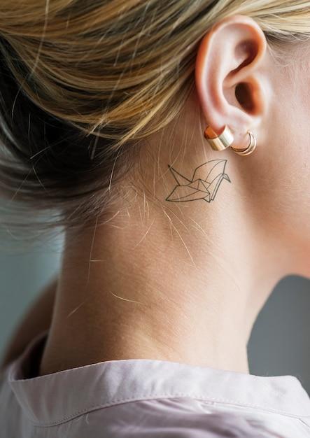 Макрофотография простой за ухом татуировки молодой женщины Бесплатные Psd