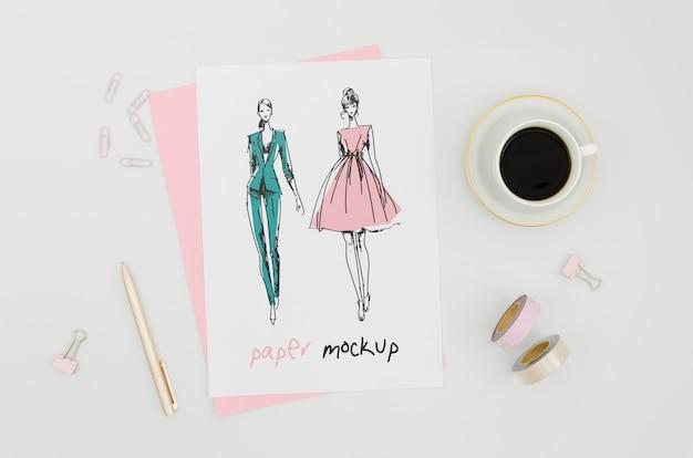 의류 디자이너와 커피 모형 무료 PSD 파일