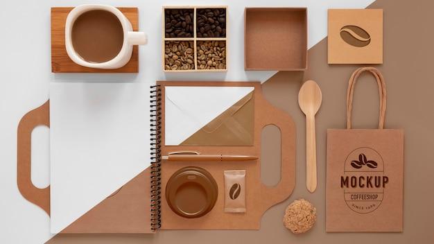 コーヒー豆とブランディングアイテムはフラットレイ 無料 Psd