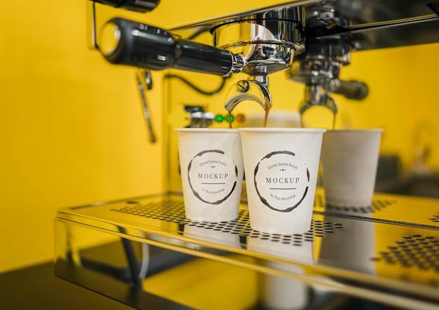 Coffee cup mock-ups in espresso machine Free Psd