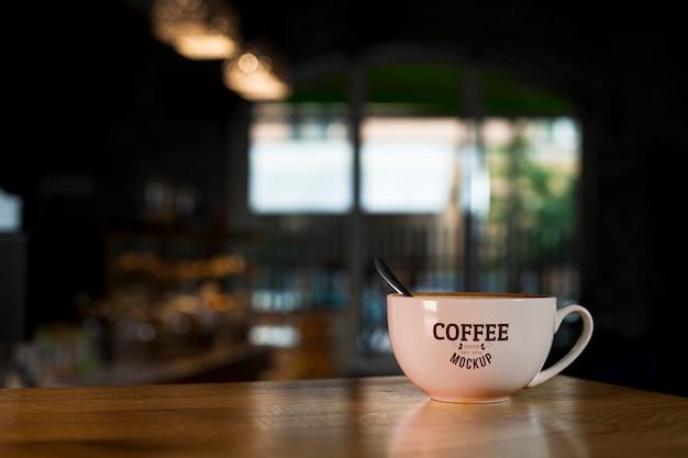 店のテーブルの上のコーヒーカップ 無料 Psd