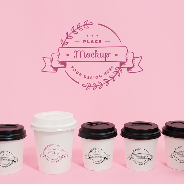 Coffee cups and logo on packaging mock-up Premium Psd