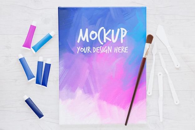 色のキャンバスとブラシのモックアップ 無料 Psd
