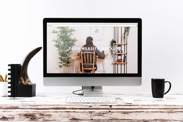Computer mockup on wooden desk Free Psd