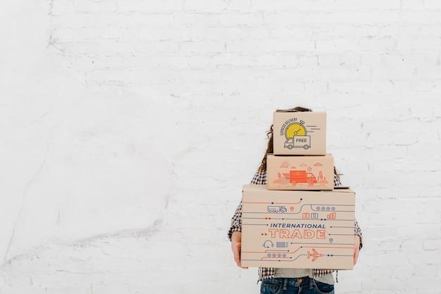 Женщина, держащая коробки с copyspace Бесплатные Psd