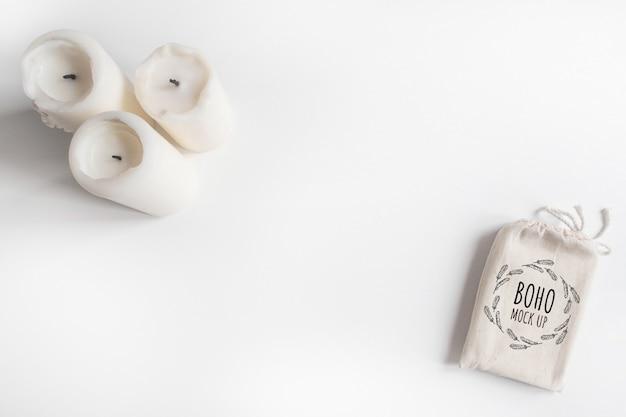 Насмешка вверх мешка и свечей хлопка палубы таро на белой предпосылке. бохо дизайн карты карт таро на белом столе с copyspace Premium Psd