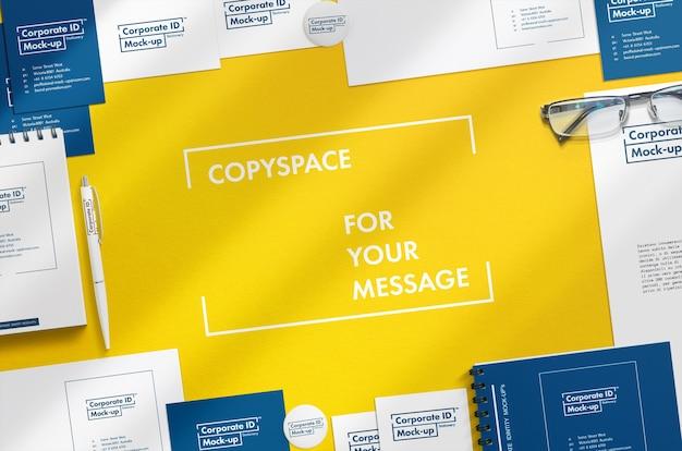 중앙에 무료 Copyspace가있는 기업 문구 모의 장면 프리미엄 PSD 파일