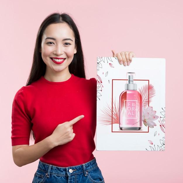 화장품 모형 배너와 귀여운 소녀 무료 PSD 파일