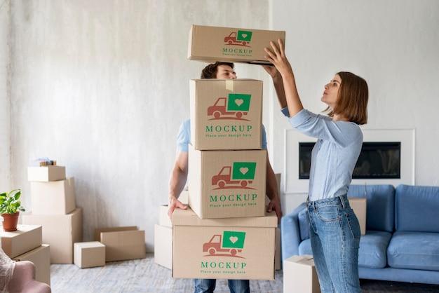 彼らの新しい家のための箱を保持しているカップル 無料 Psd