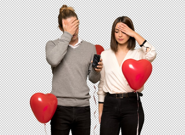 Couple in valentine day with troubled holding broken smartphone Premium Psd