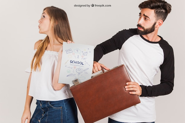 Couple with suitcase and paper Free Psd