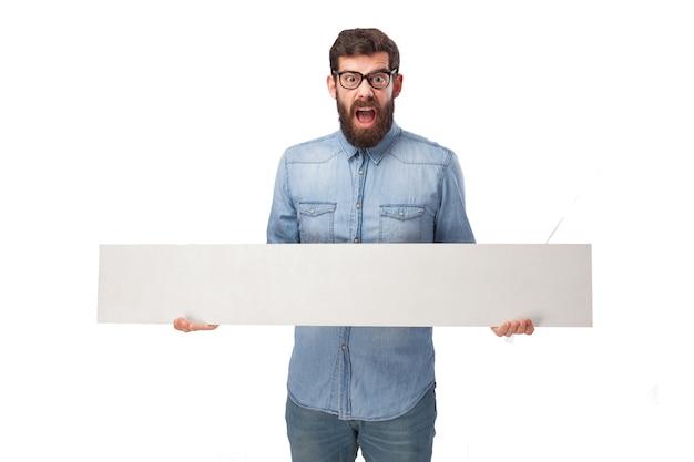 Сумасшедший человек держит в руках плакат Бесплатные Psd