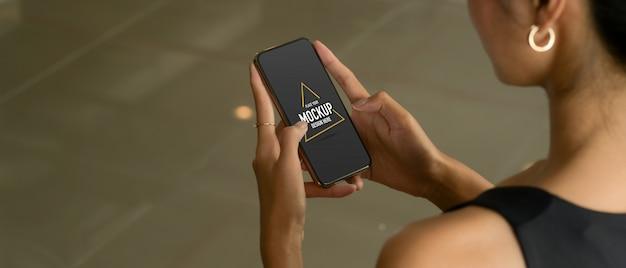 Cropped shot of female hands using mockup smartphone Premium Psd