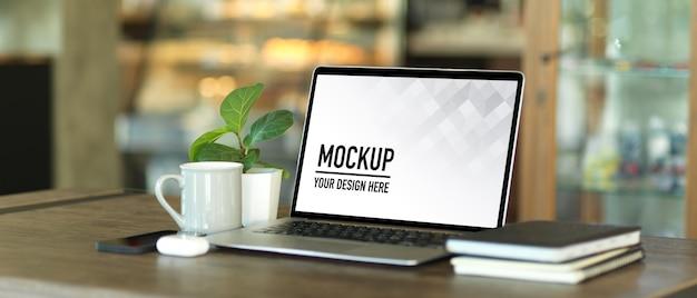 ノートパソコンのモックアップを使用したポータブルワークスペースのクロップドショット Premium Psd