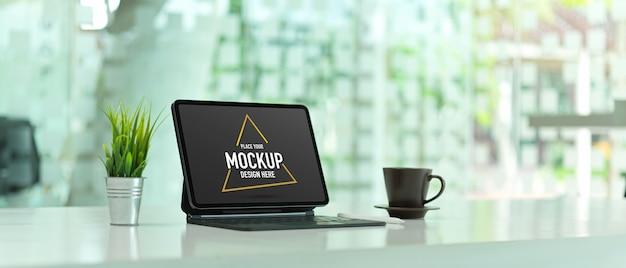 Обрезанный снимок рабочего стола с макетом цифрового планшета Premium Psd