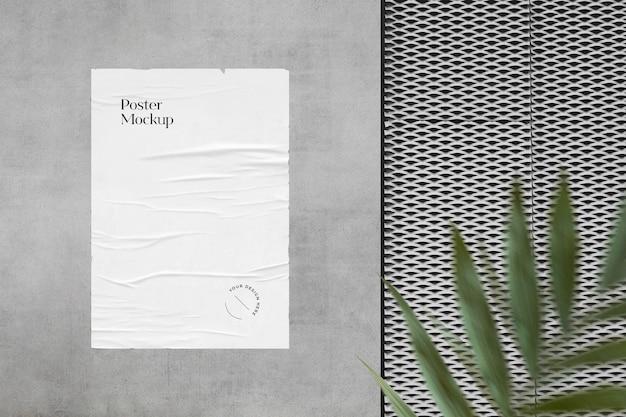 녹지가있는 벽에 구겨진 포스터 모형 프리미엄 PSD 파일