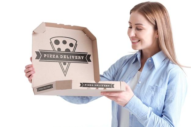 Donna del cliente che tiene la scatola della pizza di consegna Psd Gratuite