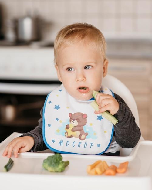 Милый ребенок ест в одиночестве Бесплатные Psd