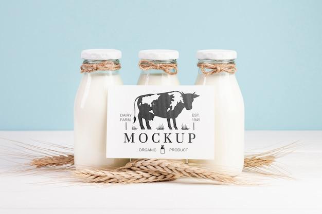 Mock-up di latticini con bottiglie di latte e segnaposto Psd Gratuite