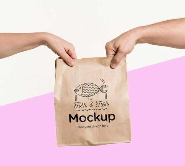 Курьер передает пакет еды клиенту с макетом Бесплатные Psd