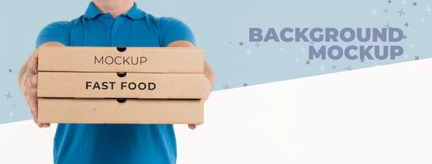 Uomo di consegna che tiene scatole per pizza Psd Gratuite