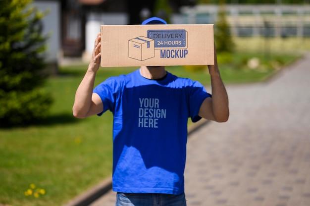 モックアップボックスを持つ配達サービスマン 無料 Psd