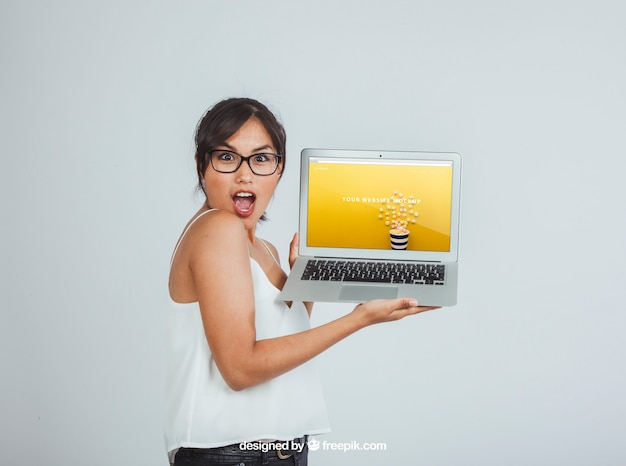 Design of mock up with surprised woman and laptop Free Psd