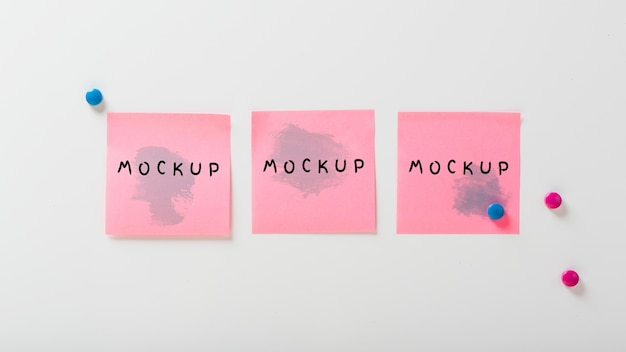 Concetto di scrivania con mock-up di note adesive Psd Gratuite