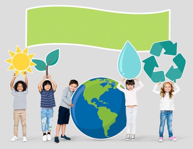 Diverse kids spreading environmental awareness Premium Psd