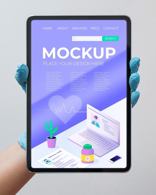 Medico tenendo il tablet mock-up Psd Gratuite
