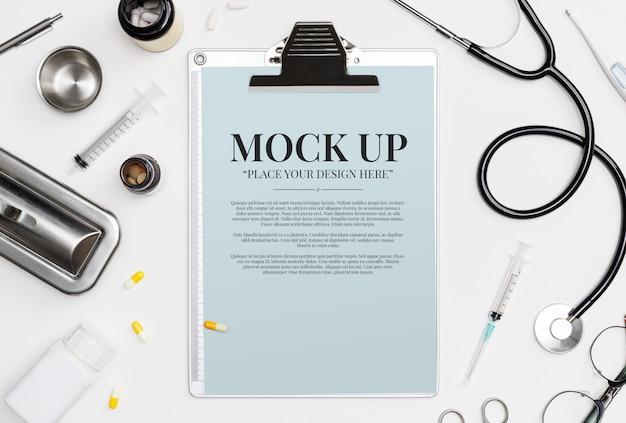 Доктор медицинское оборудование белый фон с стетоскоп, медицинские документы, термометр, шприц и таблетки с копией пространства макет шаблона Premium Psd
