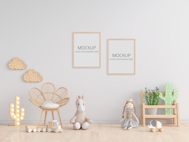 Кукла на полу в белой детской комнате с рамкой Premium Psd