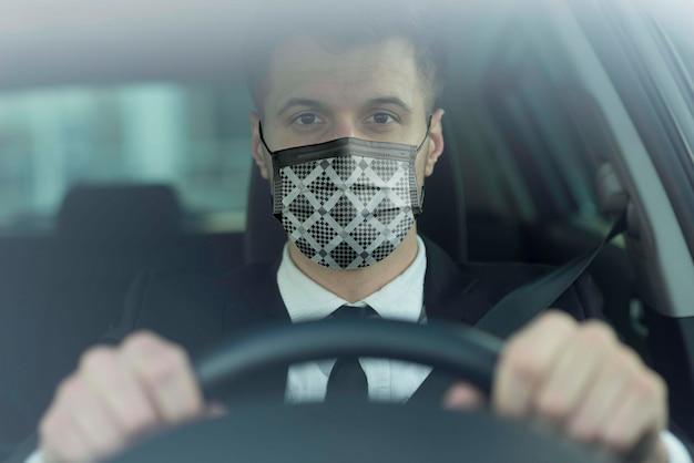 Водитель с тканевой маской на лице Бесплатные Psd