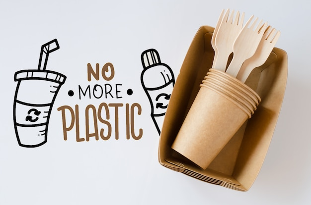生態学的な生分解性の段ボールまたは紙皿。廃棄物ゼロのリサイクルコンセプト。 Premium Psd
