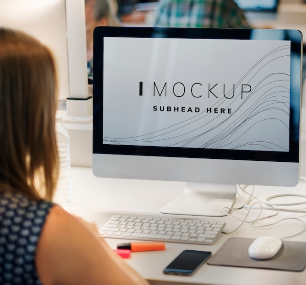 Editor working on a computer screen mockup Premium Psd