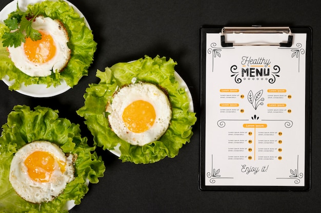 Eggs on salad with restaurant morning menu Premium Psd